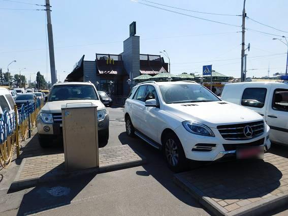 У киевлянки из автомобиля украли 280 тыс. грн. ФОТОрепортаж