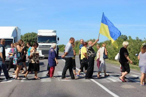 Селяне перекрыли дорогу на Кировоградщине из-за закрытия школы. ФОТОрепортаж