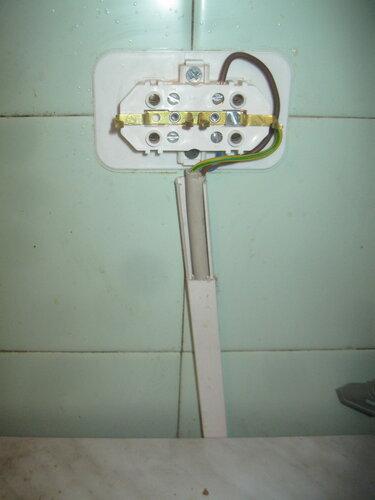 Экстренный вызов электрика аварийной службы из-за отключения электроснабжения квартиры после короткого замыкания в электрочайнике