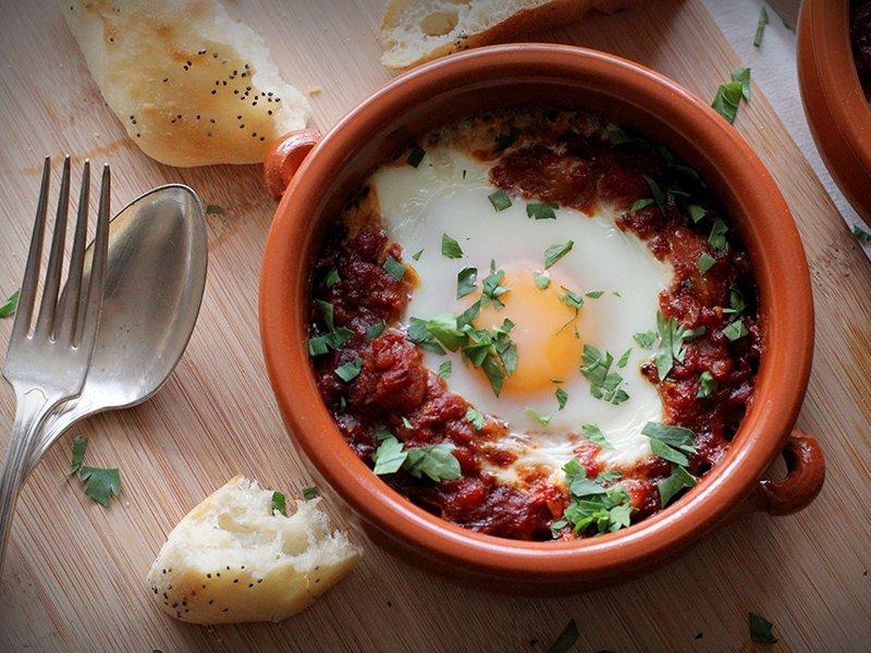 Шакшука Начните день с внушительной порции шакшуки — блюда, которое пришло в израильскую кухню из Се
