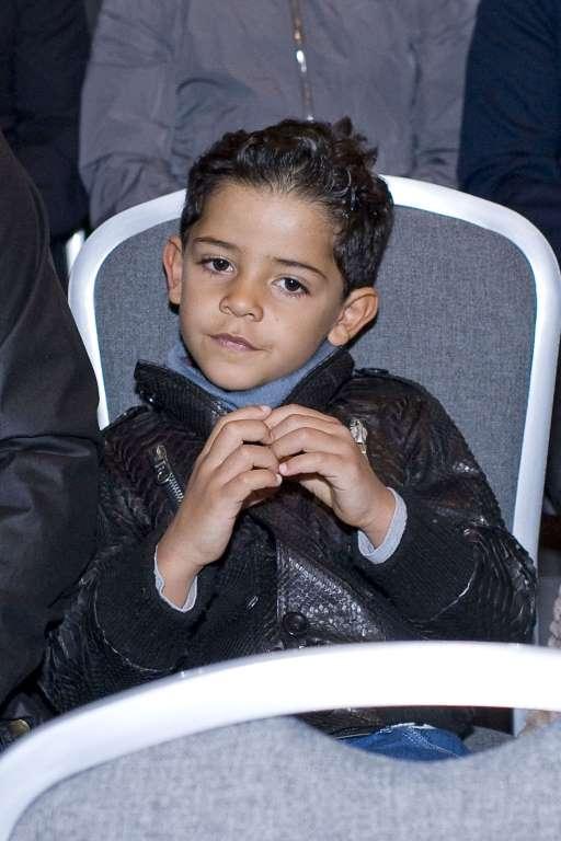 27. Этот мальчик — сын знаменитого спортсмена.