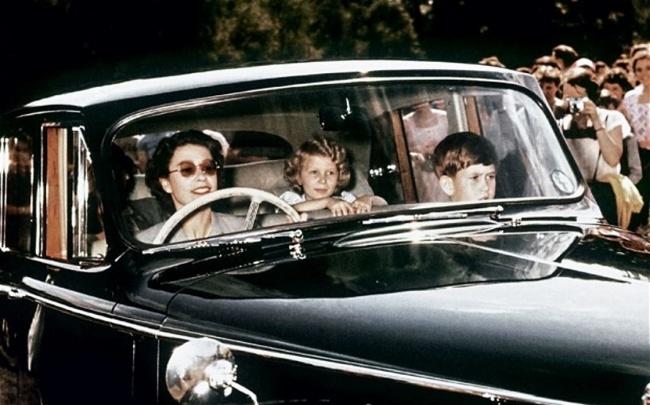 Королева Елизавета везет на машине принца Чарльза и принцессу Анну, 1957 год.