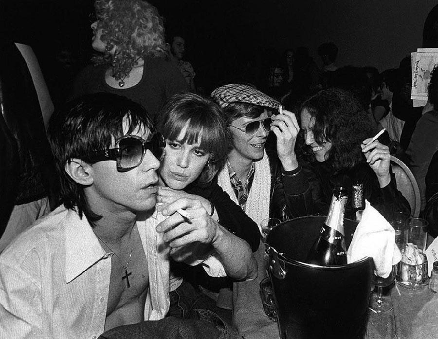 8. Игги Поп, Сиринда Фокс, Дэвид Боуи и Лиза Робинсон, 1977.