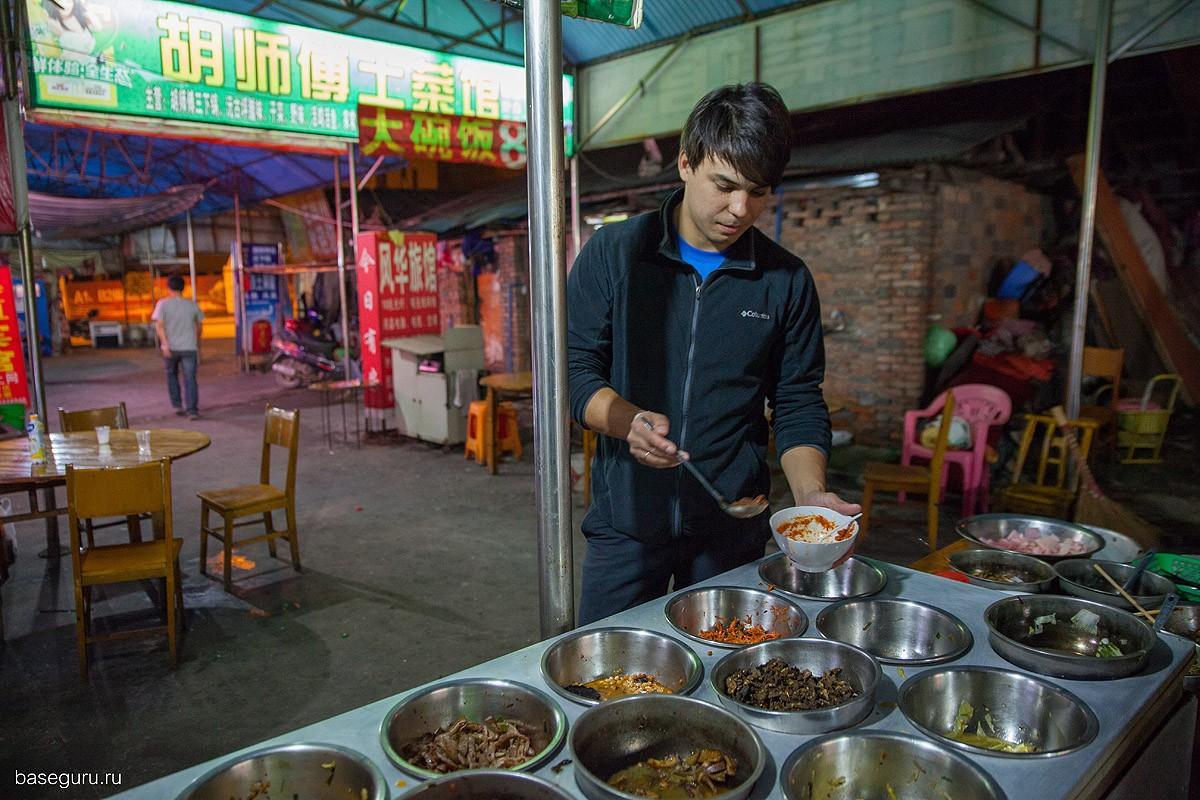 12. Основными блюдами являются мясо и курица, также везде подают рис, он здесь вместо хлеба. За врем