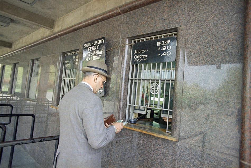 30. Мужчина покупает билет на паром к острову Свободы, 1 мая 1968 года. (AP Photo)
