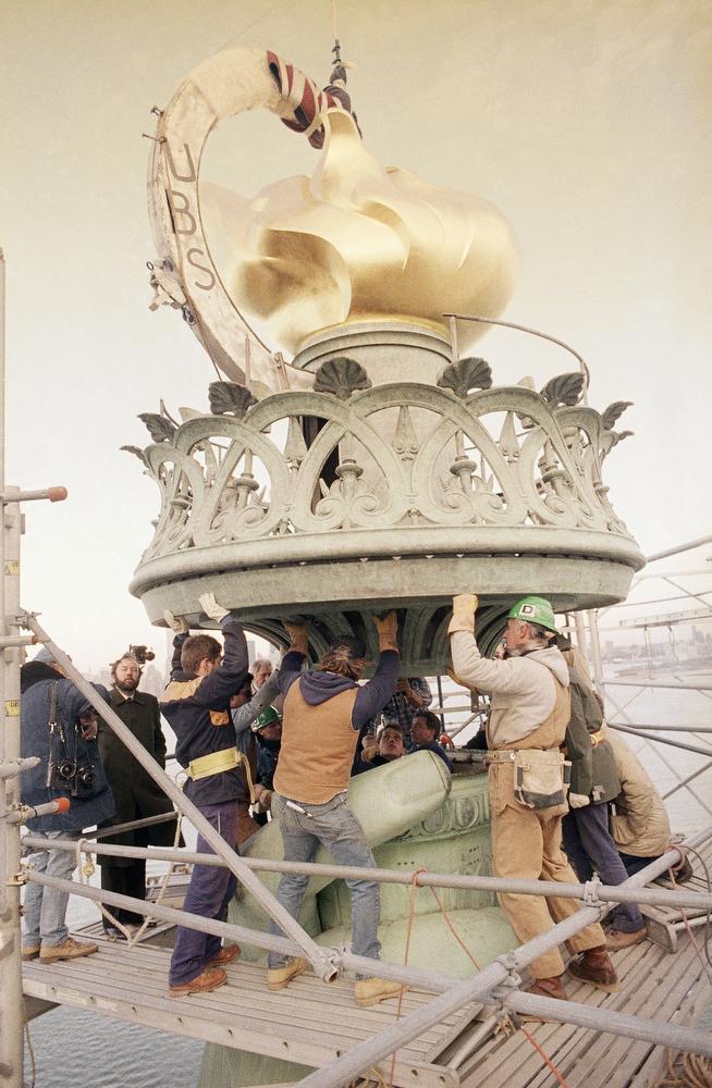 50. Установка золотого пламени на факел статуи Свободы, 25 ноября 1985 года. Руководит процессом Тер