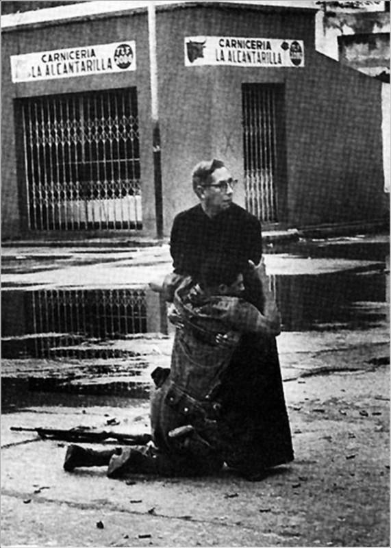 16. Священник Луис Падильо и солдат, раненный снайпером, во время восстания в Венесуэле.