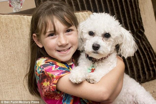 Собака предугадывает приступы маленькой хозяйки, больной эпилепсией (4 фото)