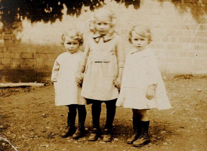 Четырехлетние Айрин и Филлис со своей старшей сестрой Дороти, которая скончалась несколько лет назад