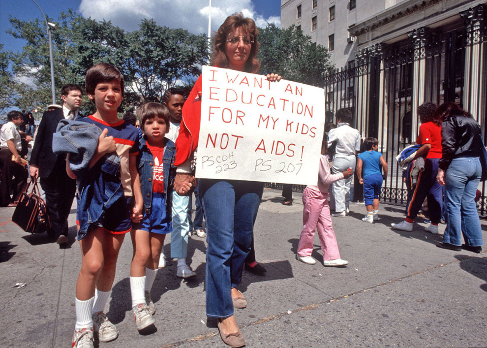 Обеспокоенные родители вышли на митинг, Нью-Йорк, 12 сентября 1985 года. На плакате: «Я хочу, чтобы