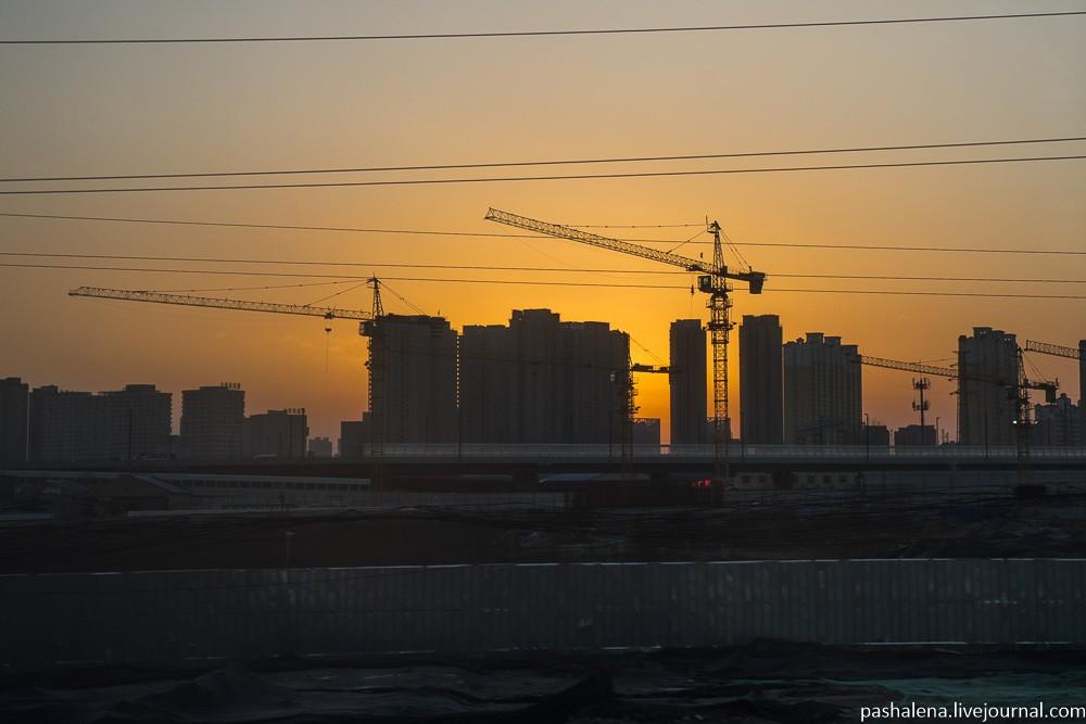Весь Китай строится. Многие покупают квартиры в качестве инвестиций, дома или даже целые сданные рай