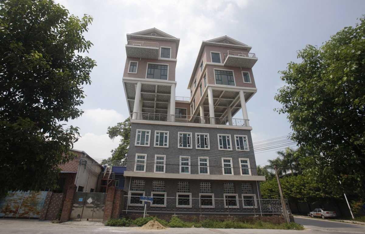 Бразильские художники-братья Тьяго и Габриэль Примо построили вертикальное жилище на стене здания в