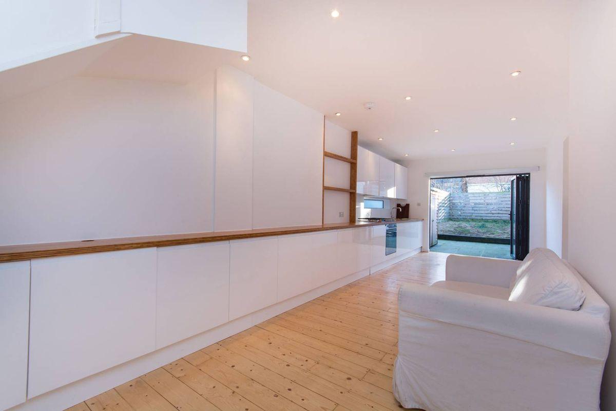 Несмотря на ширину всего три метра, в доме довольно просторные гостиная и кухня.