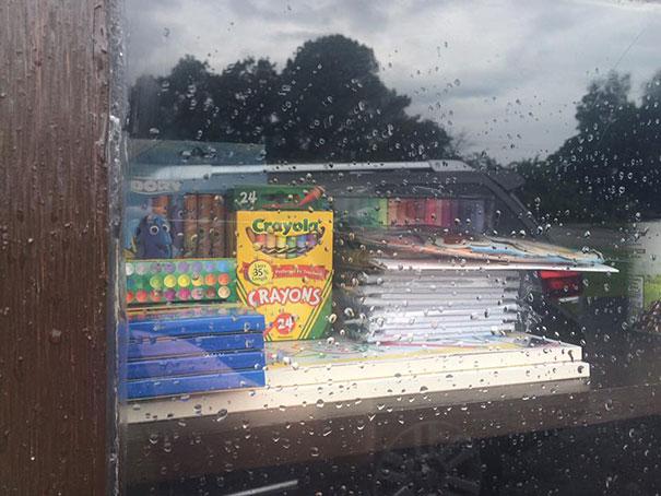 Один из ящиков был расположен около школы, куда клали необходимые для школьников вещи.