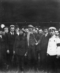 Группа участников встречи авиатора В.М.Абрамовича, совершившего перелет из Берлина в Петербург.