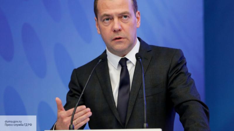 Медведев запретил торговать содержащие спирт непищевые жидкости