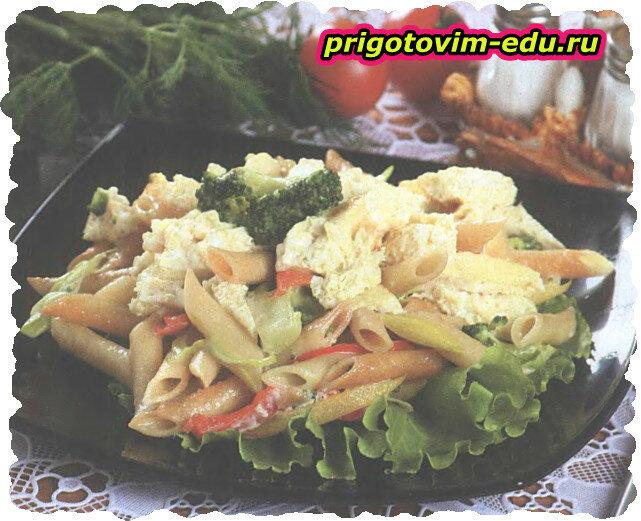 Салат теплый с макаронами и овощами