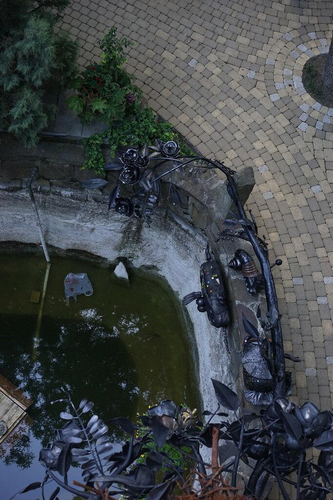"""Культурный центр """"Старый парк"""". Кованные скульптуры и пруд. Вид с дозорной башни."""