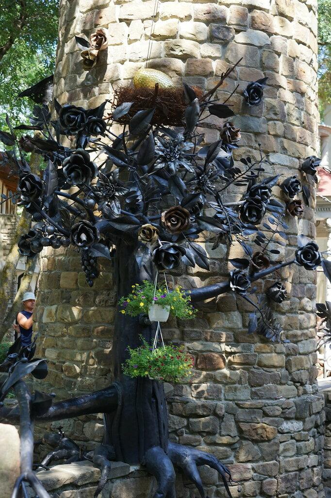 "Культурный центр ""Старый парк"". Скульптура на дозорной башне."