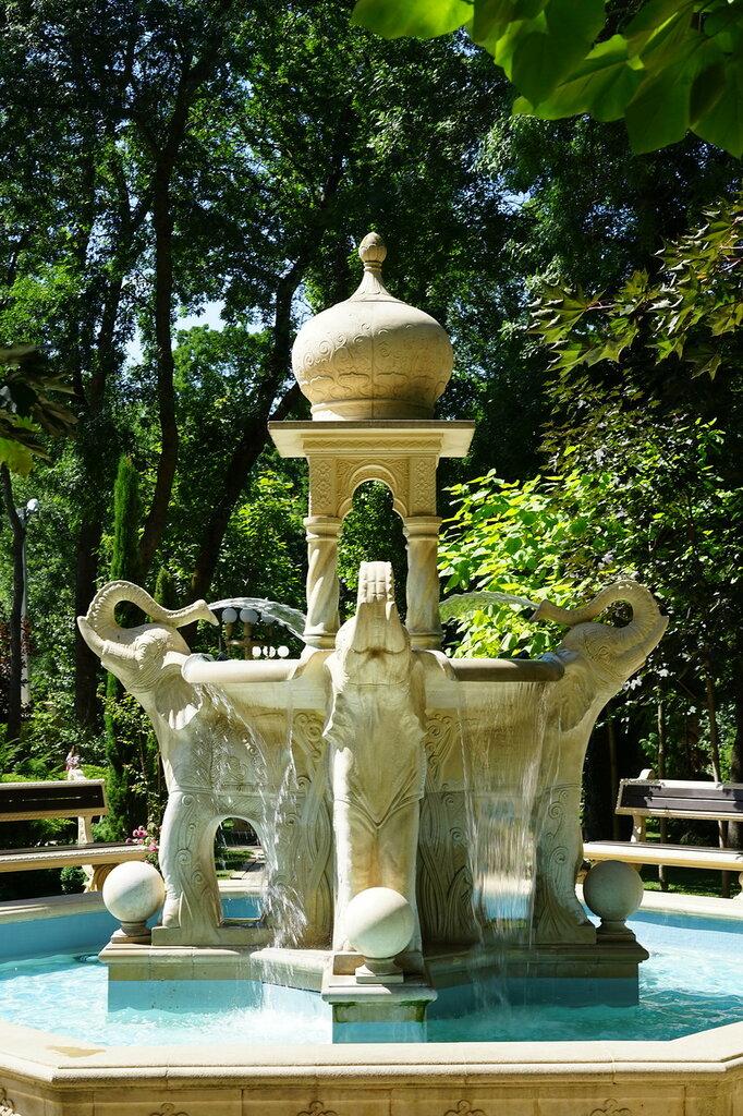"""Культурный центр """"Старый парк"""". Большой фонтан со слонами."""