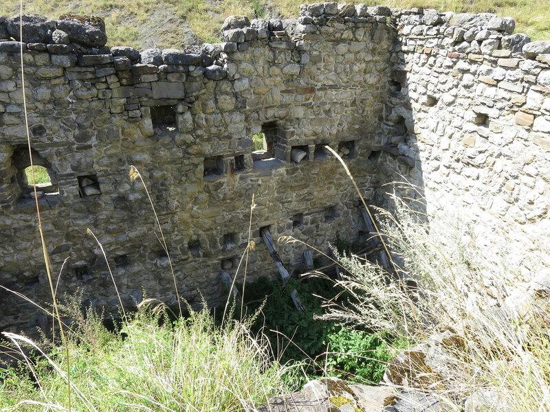 Внутри жилой башни, Лялах