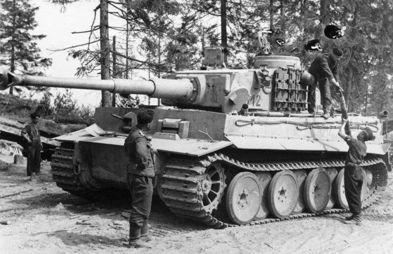 Russland, Panzer VI (Tiger I) wird aufmunitioniert