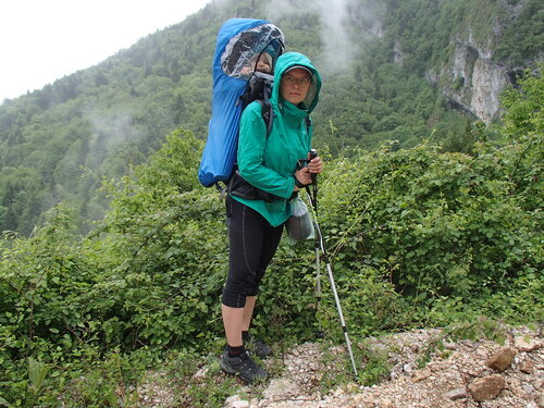 Пеший поход с ребенком под дождем в рюкзаке Deuter Kid Comfort III с чехлом