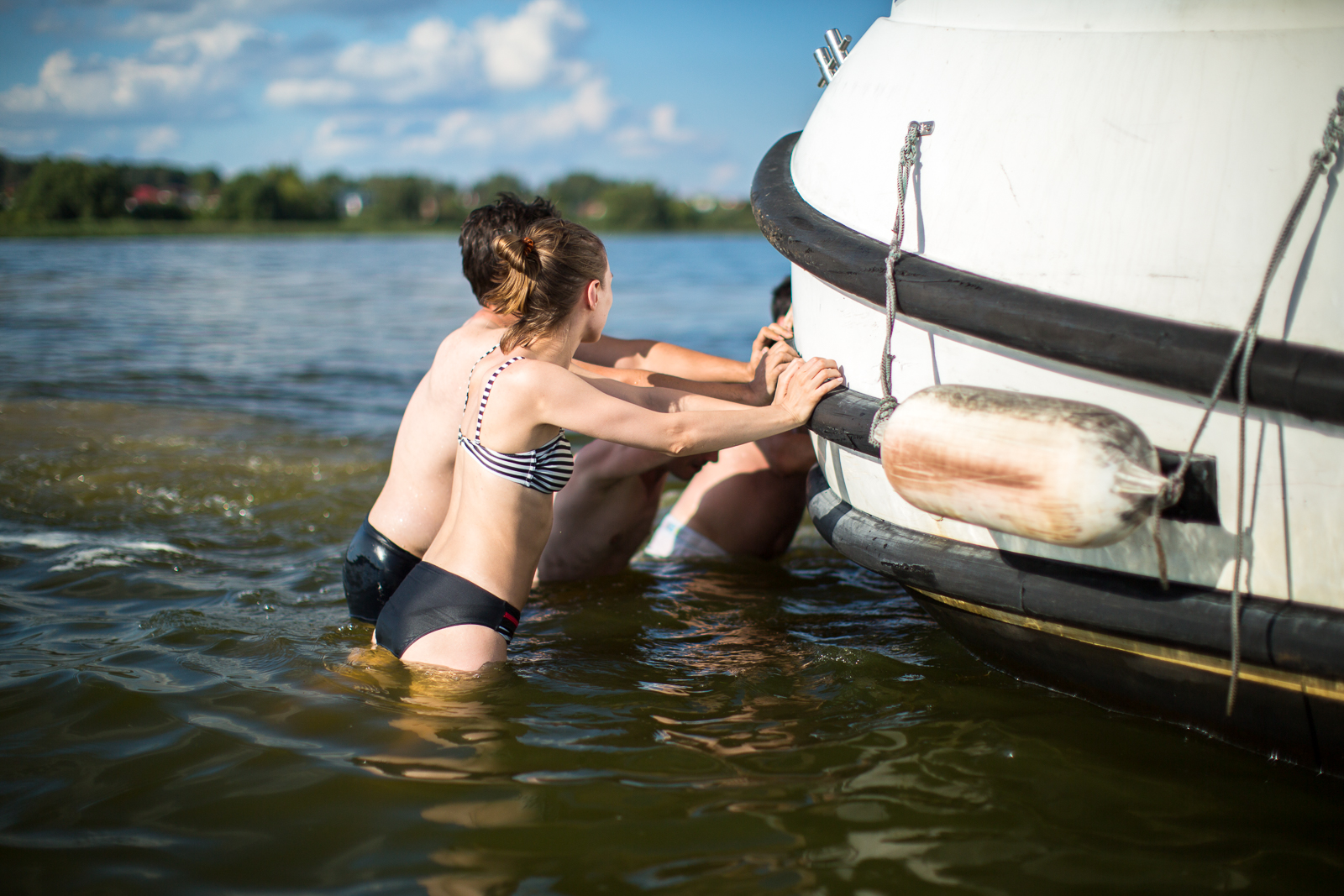 оттолкнуть лодку от берега