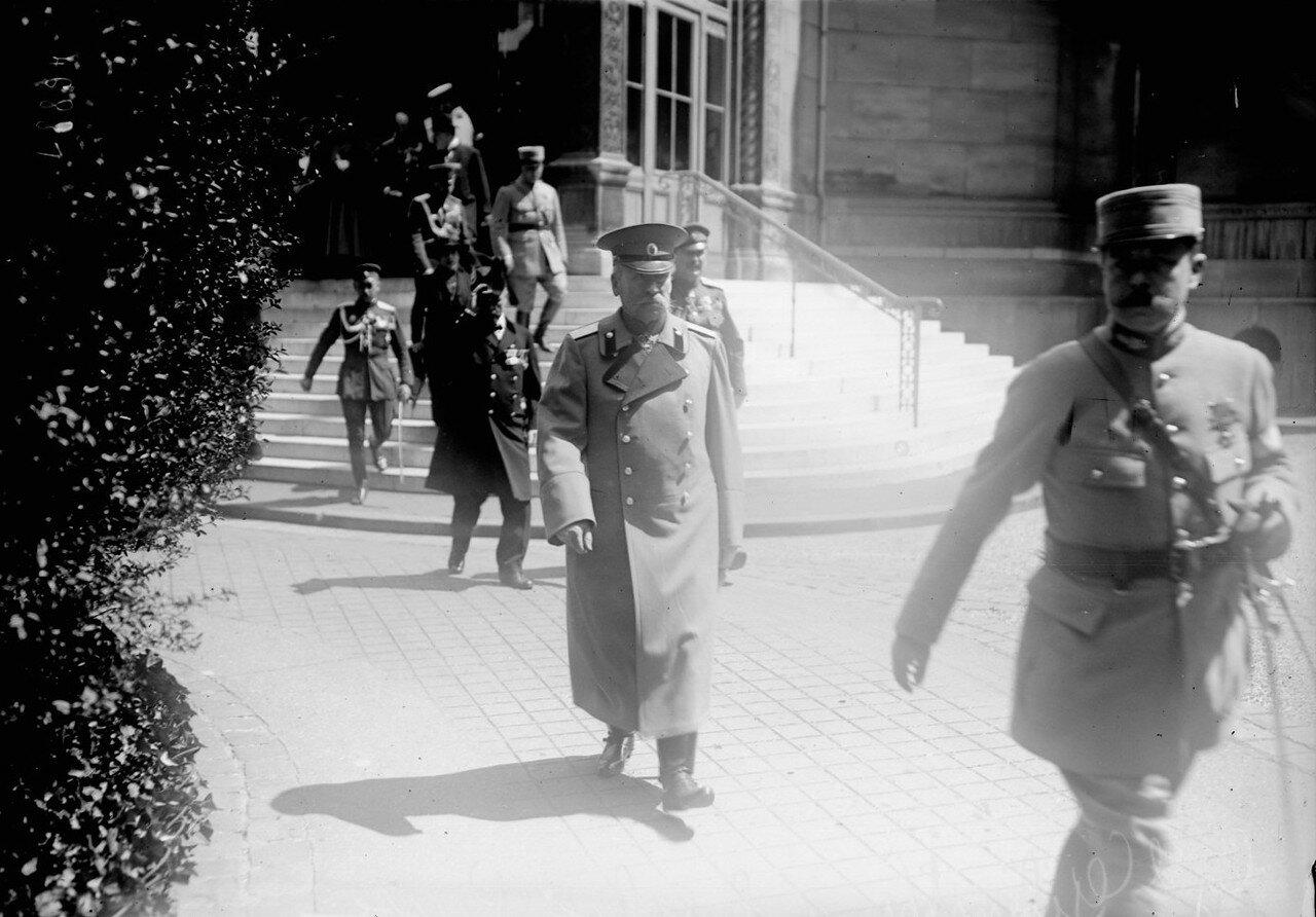 1916. Генерал Яков Григорьевич Жилинский, представитель русского командования в Союзном совете во Франции, возле церкви Св. Александра Невского в Париже