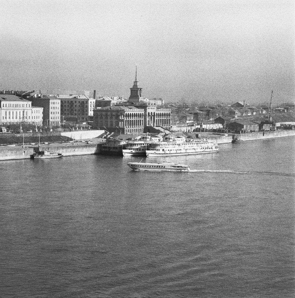 Красноярск. Вид Енисея с пирсом и портовыми сооружениями
