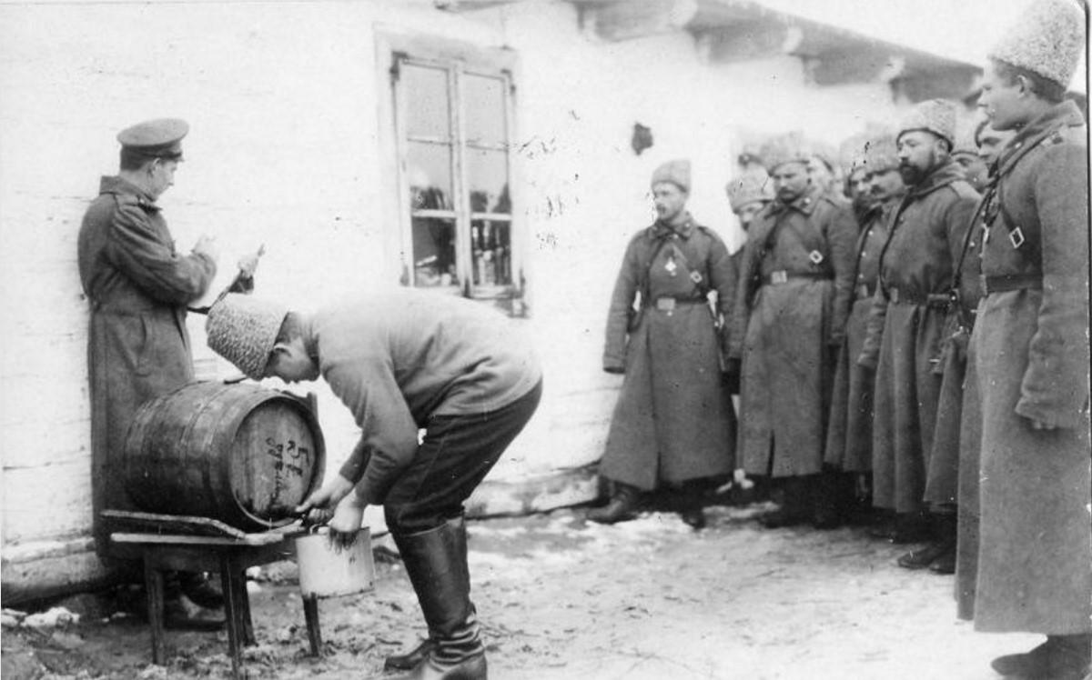 1915. Раздача красного вина в первый день Рождества