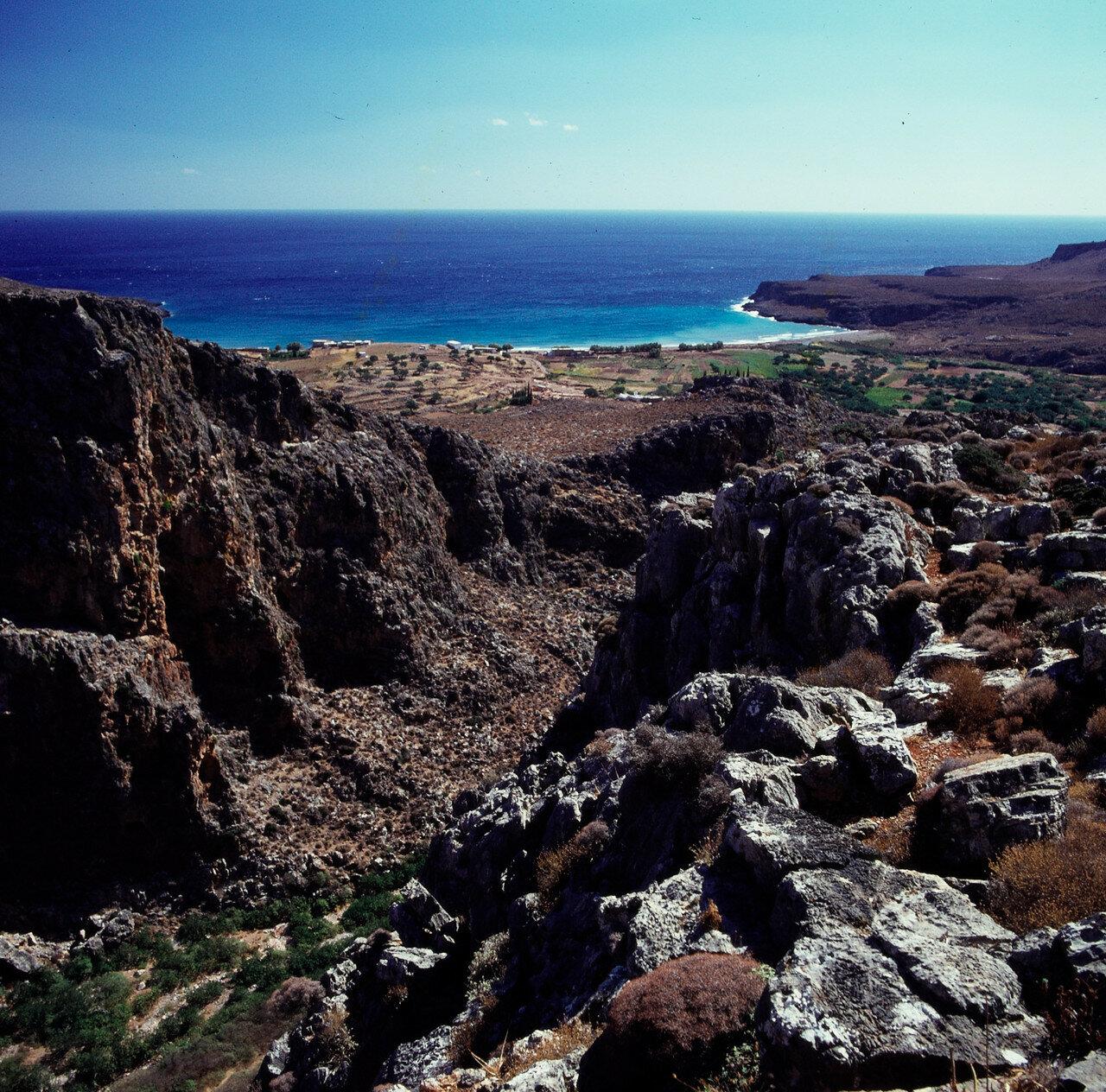 35. Ущелье мертвых — небольшой каньон, длиной около 5 километров расположенный в восточной части Крита. Вход в ущелье находится неподалеку от деревни Ано Закрос. Заканчивается ущелье на самом побережье, рядом с пляжем и деревней Като Закрос