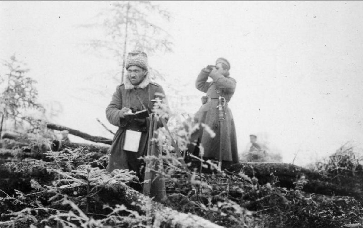 Командиры батареи на наблюдательном пункте