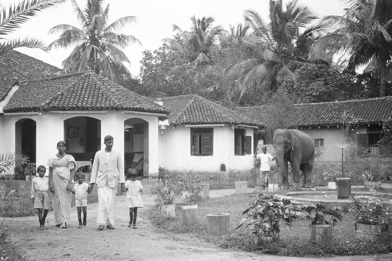 35. Чиновник из Бибилы со своей семьей перед домом
