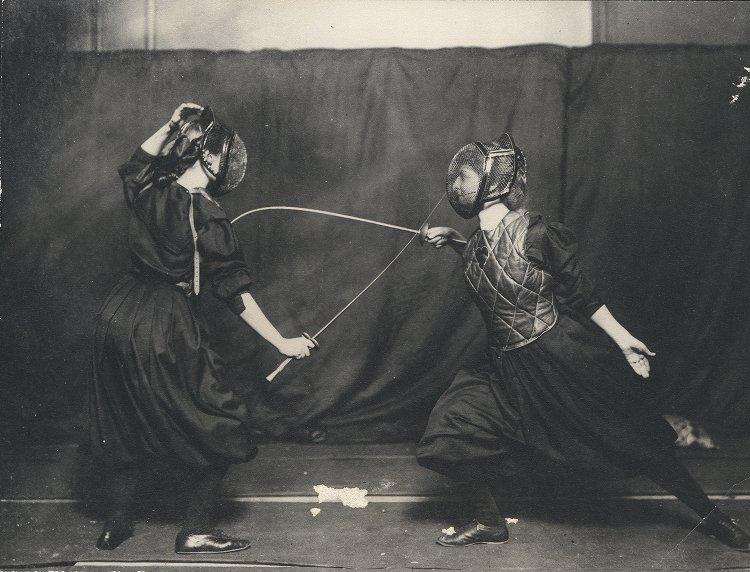 Two Edwardian women fencing, 1908.jpg