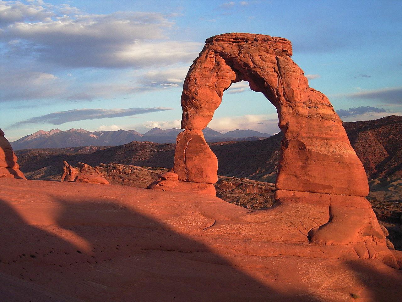 Изящная арка на закате.Национальный Парк Арки (англ. Arches National Park) — национальный парк США, расположенный в штате Юта