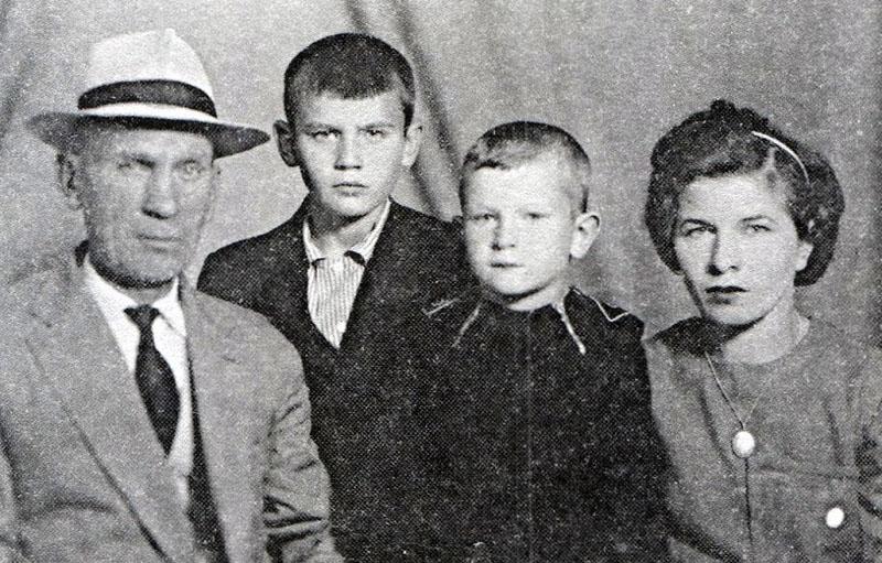 1068 Владимир Максимович и Ольга Юльевна Тальковы с сыновьями - Владимиром и Игорем (рядом с мамой).jpg