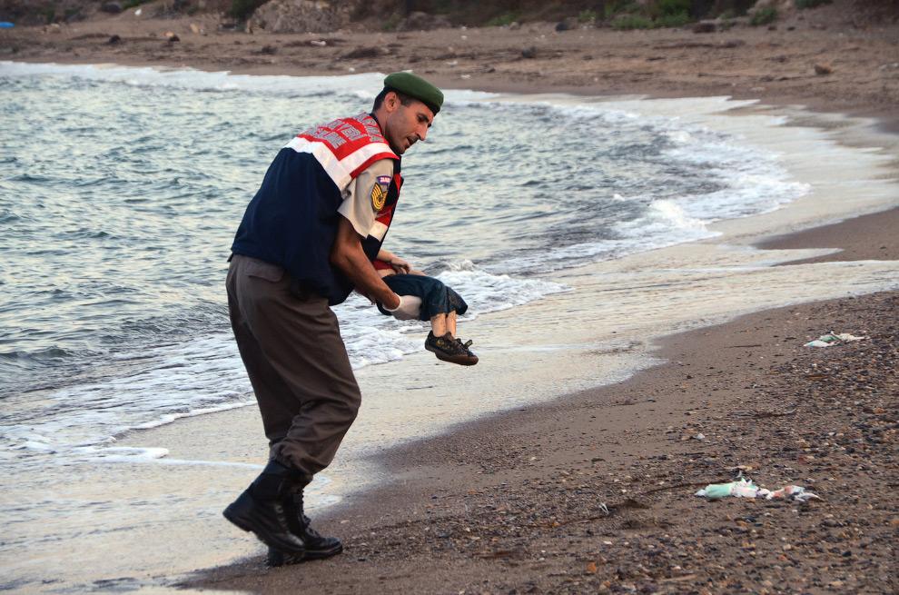 Погибший мальчик — трехлетний Айлан Курди. Вместе с отцом Абдуллой, матерью Рейхан и пятилетним брат
