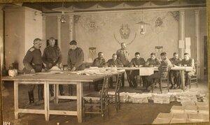 Военные чины за работой в чертежно-наклеечной мастерской на складе карт штаба XII армии.
