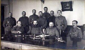 Члены соединенного суда XII армии; сидят (слева направо) генерал-майор Тавастшерна, военный прокурор полковник Матиас, генерал-майор Дурлахер, военный прокурор полковник Позняк; стоят (слева направо) временный член с