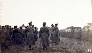 Император Николай II (в центре), командующий XII армией генерал от инфантерии В. Н. Горбатовский (рядом с императором), начальник штаба Генерального штаба генерал-майор Беляев (слева перед группой) на плацу по оконча