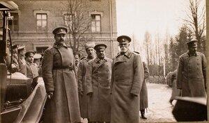 Командующий XII армией генерал от инфантерии В. Н. Горбатовский (второй справа) среди офицеров, провожающих императора Николая II на станцию после посещения им и наследником цесаревичем Алексеем Николаевичем Рижского