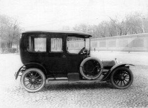 Придворный автомобиль, принадлежащий императорской фамилии, около Александринского театра.