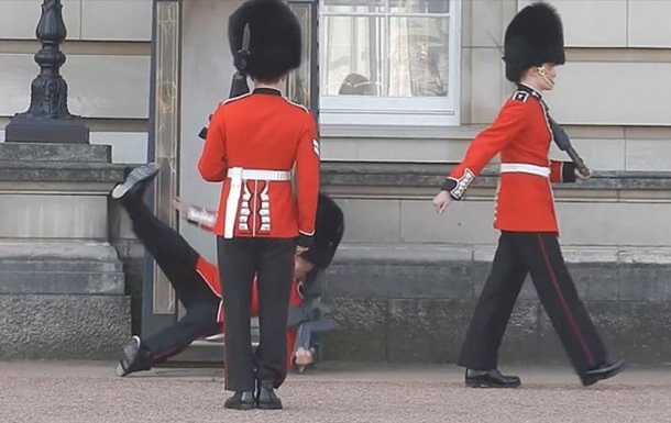 Охрана Букингемского дворца приняла за вора сына