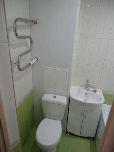 А ванной комнате компактно смонтировали вот такую красоту: полотенчик, унитаз и умывальник с тумбой