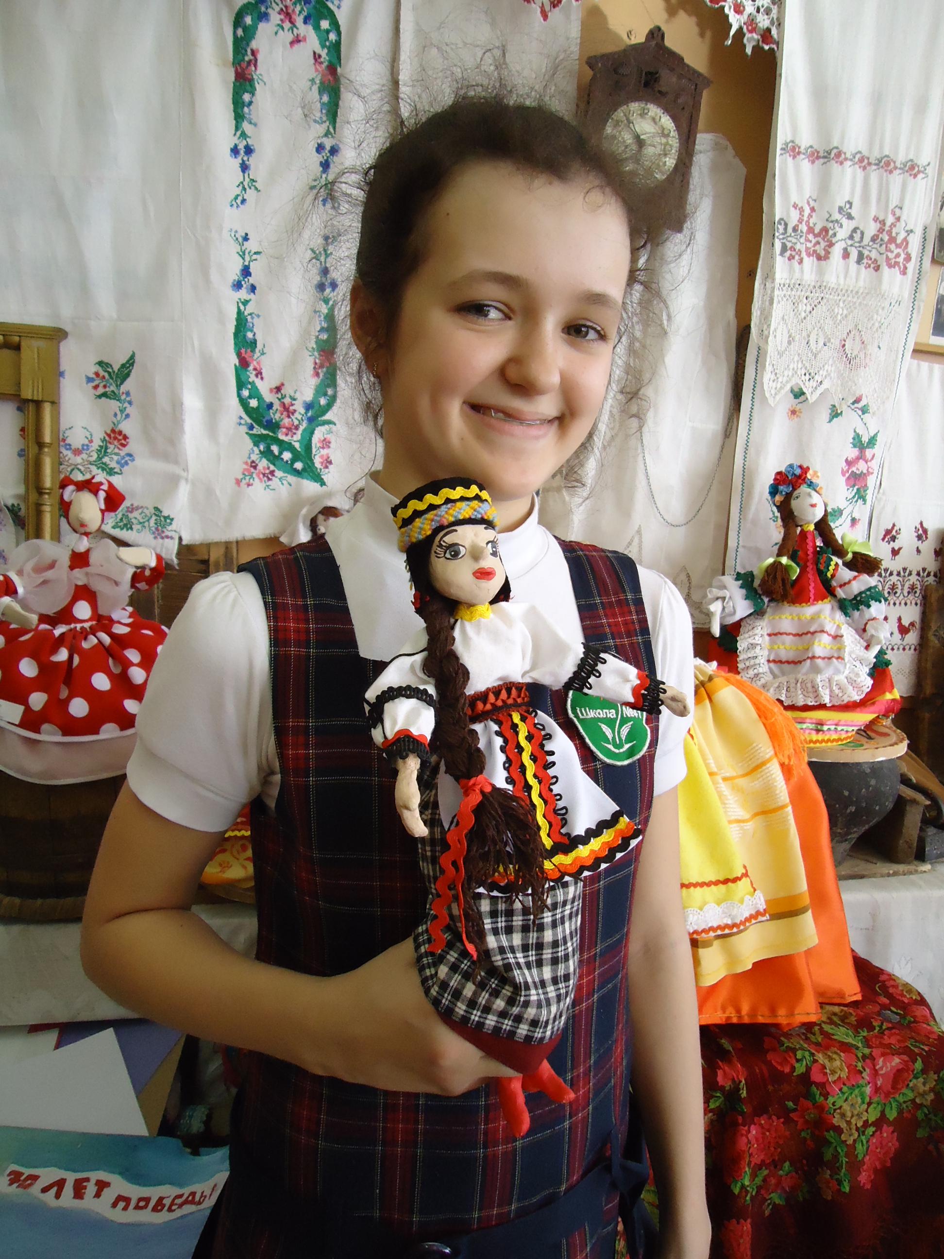 Товпыга Александра со своей куклой.