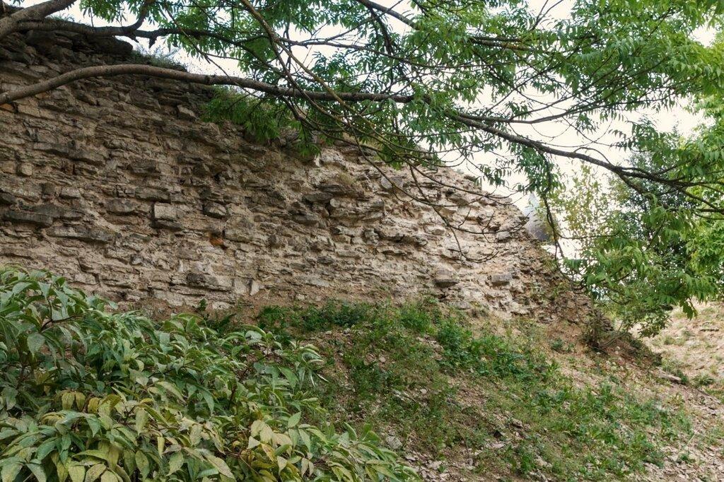 Руины крепостной стены Окольного города, Псков