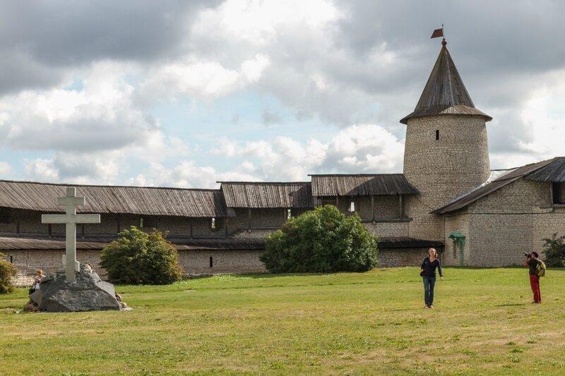 Троицкая (Часовая) башня и крест на месте Благовещенского собора, Псковский Кром