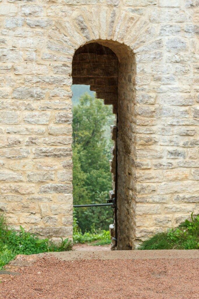 Проход в крепостной стене, Изборск