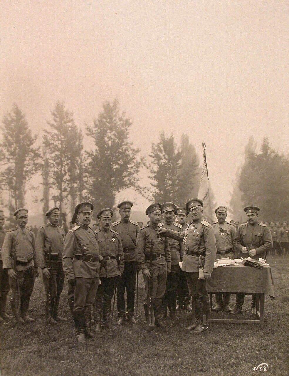 15. Командир 24-го армейского корпуса генерал от кавалерии Цуриков(третий справа)во время награждения бойцов Георгиевскими крестами